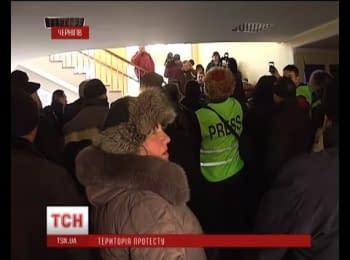 Чернігівська облрада перебуває в облозі протестувальників/ Chernihiv Regional Council is under siege protesters