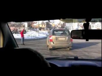 26 січня 2014 p, Київ Червонозоряний проспект - Дівчина бейсбольною бітою регулює рух на дорозі міста!/ 26 january 2014 Kiyv -Woman using baseball bat to regulate traffic on the road of the city!