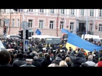 люди на Михайлівській площі штурмують автобус БЕРКУТА