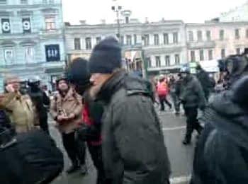 Невідомі протестуючі прийшли, щоб розібрати барикади / The unknown protesters came to dismantle barricades