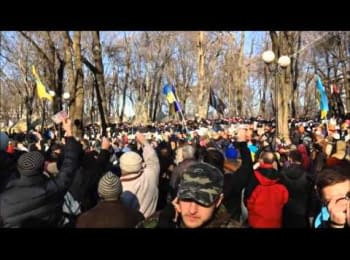Протестуючі розмахують грошима перед «тітушками» / Protesters are waving money around the «titushki»
