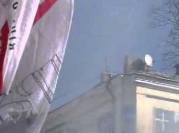 Беркут з даху кидає гранати в людей / Bercut on the roof throw grenades to people