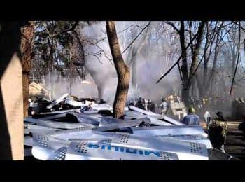 «Тітушки» кидають каміння у мітингувальників, а «Беркут» - гранати / «Titushky» throw stones to protesters, and «Bercut» throw grenades