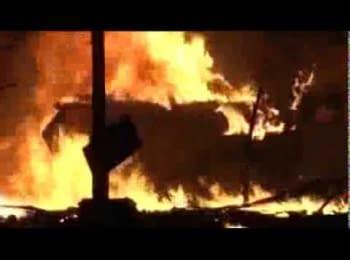 Протестуючі знищують БТР на Майдані / Protesters destroy armored infantry vehicle on Maidan