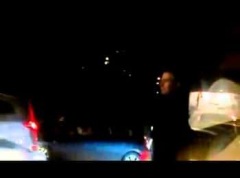 Посол США в Україні регулює дорожній рух на перехресті вулиць Артема і Студентської / U.S. Ambassador in Ukraine is regulating traffic at the intersection of Artem and Student streets