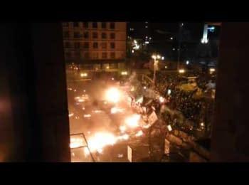 Протестуючі знищують БТР на Майдані-2 / Protesters destroy armored infantry vehicle on Maidan-2