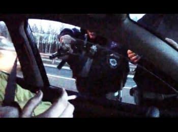 Інспектор ДАІ з автоматом вимагає документи у водія / Traffic police inspector, holding a gun, demands ID from a driver