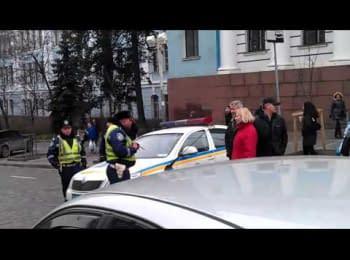 Інспектора ДАІ примушують пропускати автомобілі в центр Києва / People make traffic police inspector let cars to Kyiv center