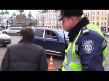 Журналіст Андрій Дзиндзя прибирає з дороги машини ДАІ / Journalist Andrew Dzyndzya remove the cars of Traffic police from the road