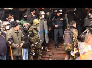 "Коридор ""слави"" для Луцької міліції під обласним управлінням / ""Corridor of shame"" for the Lutsk police under the Main police department"