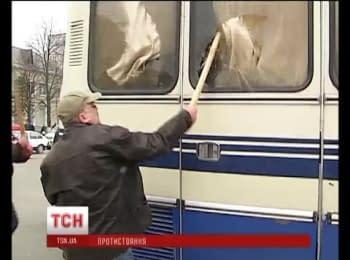 У Борисполі активісти розтрощили автобуси з силовиками