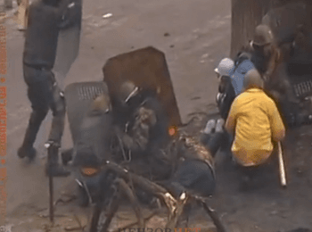 Силовики обстрілюють активістів Майдану