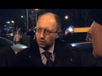 """Самооборона остановила Яценюка и Тимошенко на выезде из аэропорта """"Киев"""""""