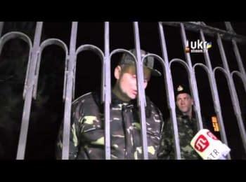 Кримчани чергують біля військової частини
