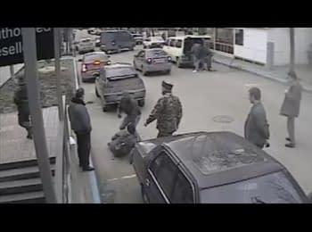 Козаки Аксенова побили и ограбили журналиста. Запись с камеры наблюдения