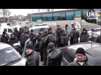 Ukrainian troopers were attacked by unknown people in masks In Simferopol, Crimea (March 13, 2014)