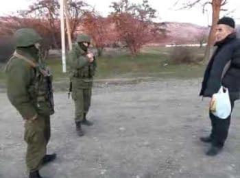 Кримський татарин розмовляє з військовими РФ