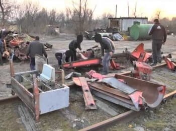 Ukrainian military vehicles were blocked in Lugansk region (March 15, 2014)