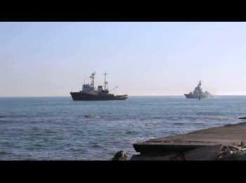 Донузлав, 21.03.2014. Екіпаж корабля «Черкаси» намагається звільнити прохід у відкрите море