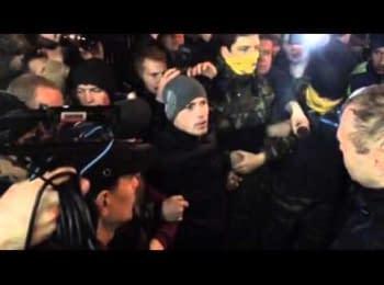 Керівник «Альфи» Асавелюк глузує з беззбройних представників Майдану під стінами готелю «Дніпро», 31.03.2014
