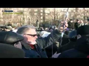 В Алчевську під крики «Росія» підняли прапор неіснуючої країни, 05.04.2014