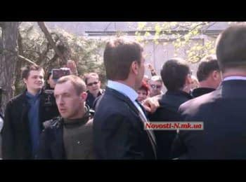 Депутата Царьова закидали яйцями, втягнули в бійку і вигнали з Миколаєва, 09.04.2014 (18+ нецензурна лексика)