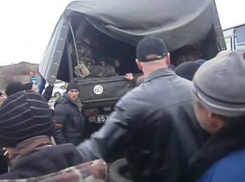Жителі Артемівська змусили військових здати зброю, 12.04.2014