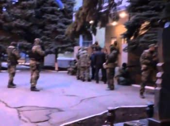 Озброєні проросійські бійці беруть під свій контроль відділення міліції в Краматорську (18+ нецензурна лексика)