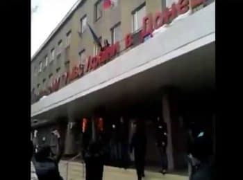 Начальник міліції Горлівки обороняв державний прапор України, 14.04.2014