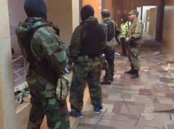 Люди зі зброєю захопили будівлю обласної прокуратури в Луганську, 29.04.2014