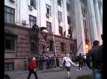 Майданівці рятують людей з палаючого Будинку профспілок. Одеса, 02.05.2014
