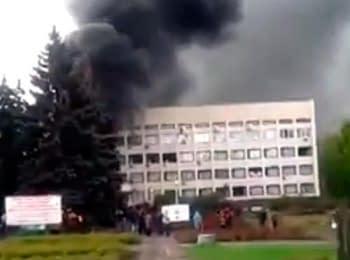 Біля Маріупольської міськради палають шини, 08.05.2014 (18+ нецензурна лексика)