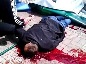 Окровавленный мужчина, которого считали погибшим, оказался жив. Мариуполь, 09.05.2014 (18+)
