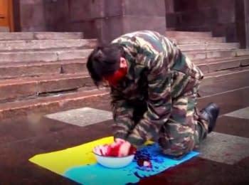У Санкт-Петербурзі під ФСБ чоловік вмився кров'ю на прапорі України