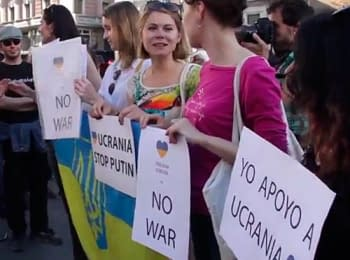 Агресивно налаштовані  люди напали на дівчат з українською символікою, що виступали проти війни. Мадрид, 17.05.2014