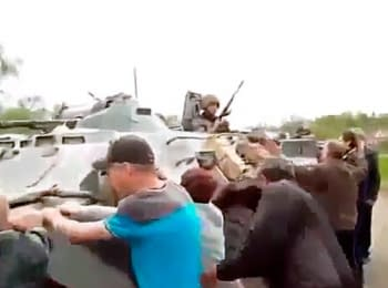 Жители Славянска препятствуют движению военной техники