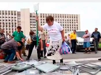 Supporters of the so-called Donets'k People's Republic smashed ballot boxes in Donets'k