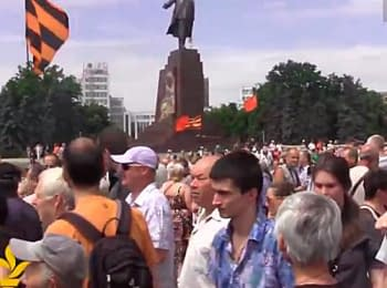 У Харкові на площі Свободи зібралось близько трьохсот проросійських активістів
