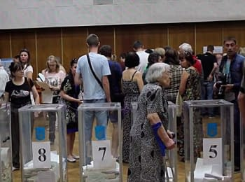 On polling stations in Kiev long queues were formed