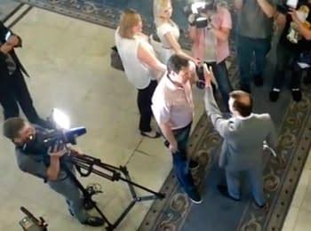 Олег Ляшко вытолкал российского журналиста из здания парламента