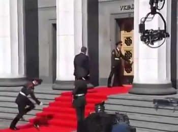 Обомлел перед Президентом. Гвардеец получил тепловой удар во время прохождения мимо него Порошенко, 07.06.2014