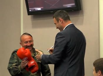 Klitschko presented a pair of boxing gloves to activist of Maydan as a gratitude for tire, on June 19, 2014