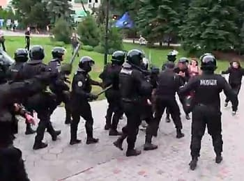 A fight between members of spetsnaz and activists of the Euromaydan in Kharkiv, on June 22, 2014 (18+ Explicit language)