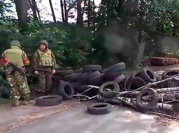 Ukrainian soldiers dismantle a checkpoint of terrorists near the Krasny Lyman, on June 25, 2014