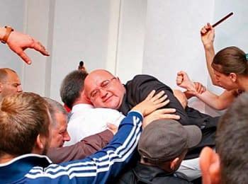 Губернатор Хмельницкой области Леонид Прус выпрыгнул через окно, чтобы убежать от митингующих (02.07.2014)