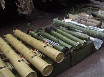 Образцы вооружения террористов, найденные в мэрии Славянска (07.07.2014)