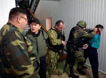 Народный депутат Олег Ляшко задерживает Виталия Рыбалко, лидера сепаратистов в Старобельске Луганской области