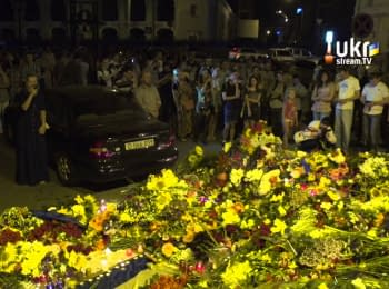 Inhabitants of Kyiv near Embassy of the Netherlands honored memory of victims in plane crash in Donets'k region, on July 17, 2014