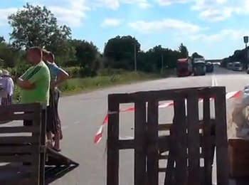 Relatives of the Lvov paratroopers agreed to unblock the route Kyiv-Chop temporarily (July 20, 2014)