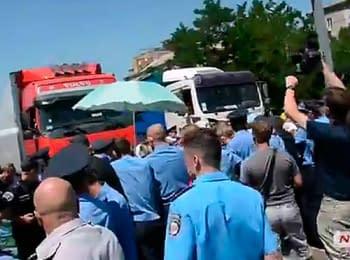У Миколаєві міліція прогнала матерів та дружин солдатів, які блокували трасу (27.07.2014)